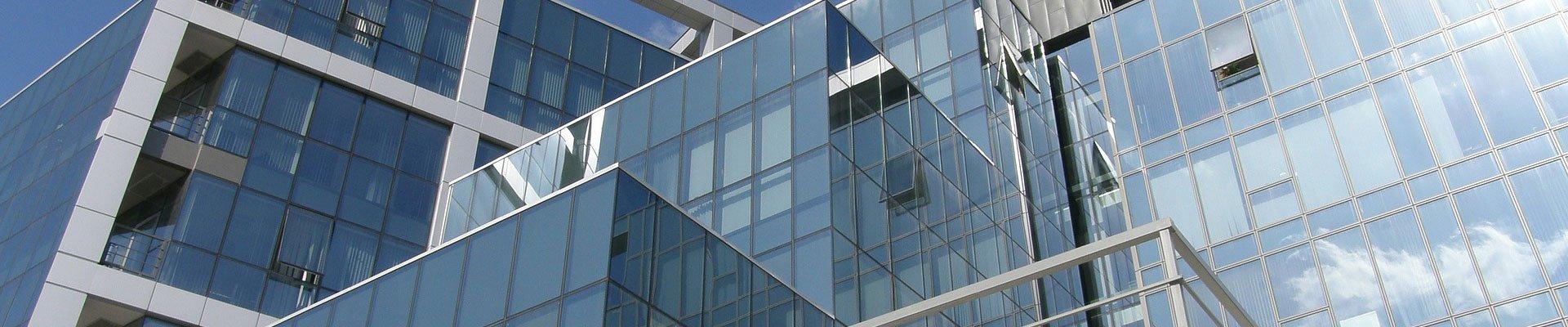 Bürogebäude mit Glasfassade