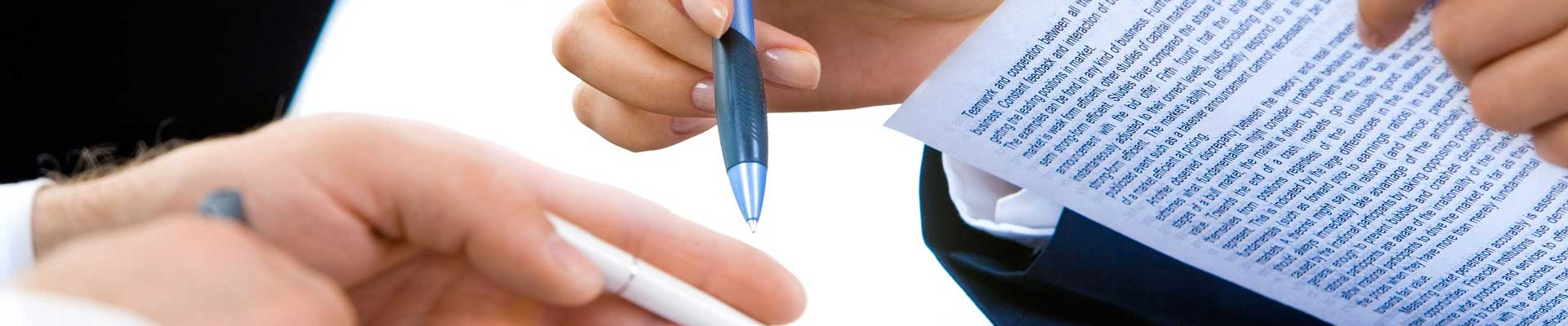 Hände mit Stiften und Papier