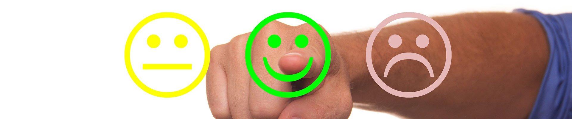 Finger klickt auf Buttons