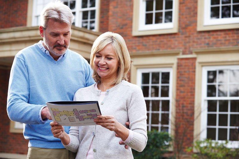 Ehepaar liest Broschüre