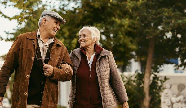 Senioren spazieren im Park
